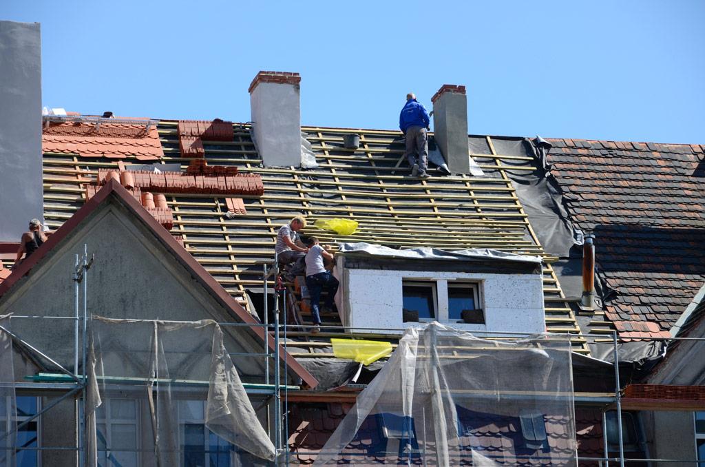 Kiedy wystarczy naprawa pokryć dachowych, a kiedy konieczna jest ich wymiana?