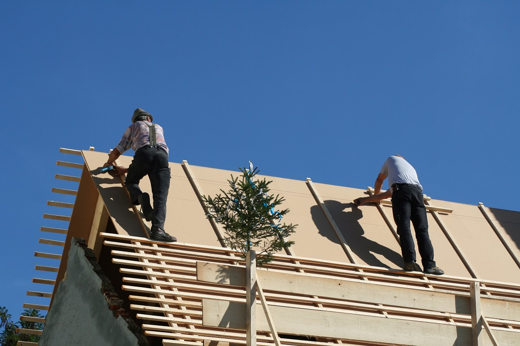 Dachówki bitumiczne – poznaj zalety elastycznych pokryć dachowych